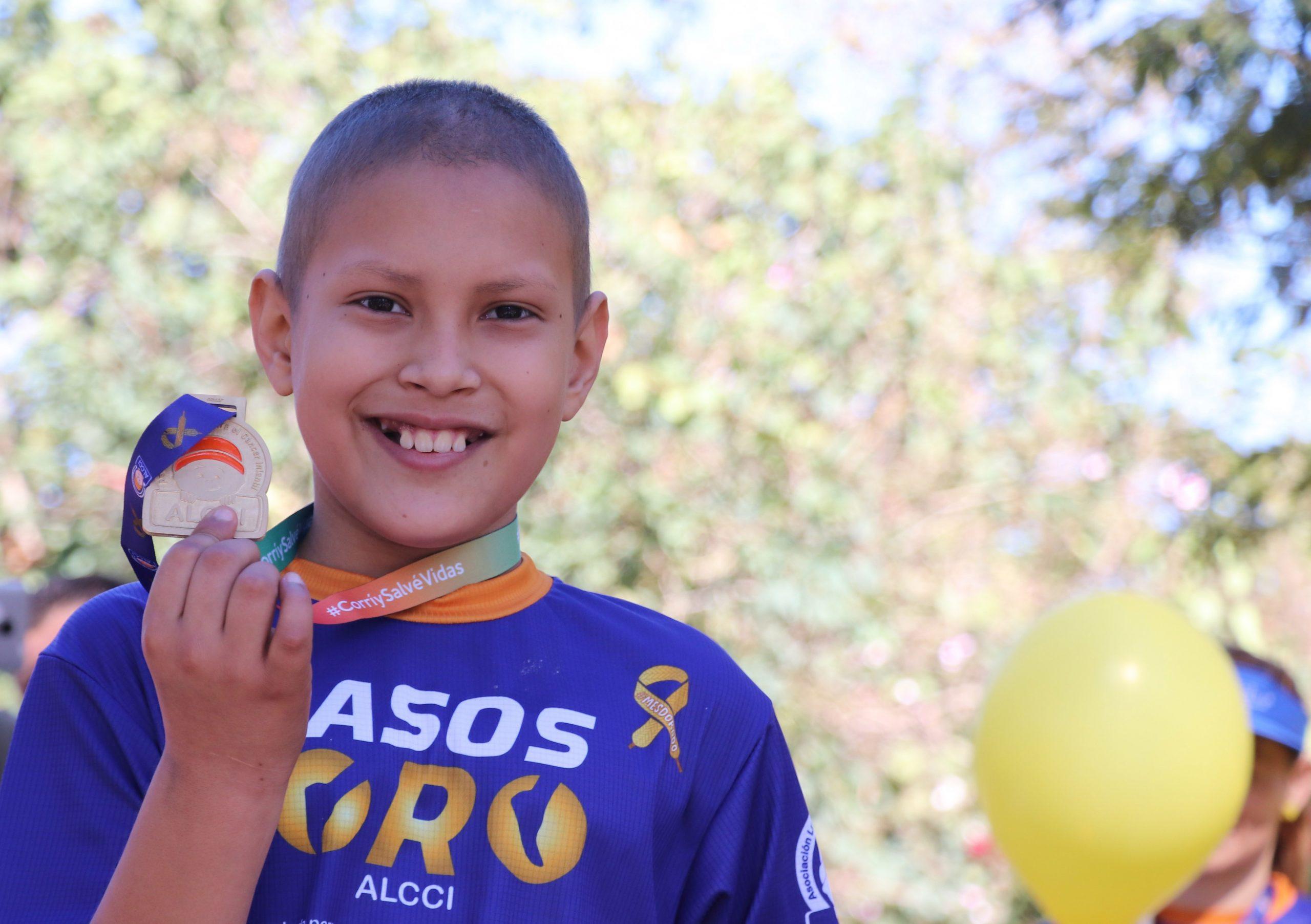 Foto de paciente con medalla Pasos de Oro ALCCI