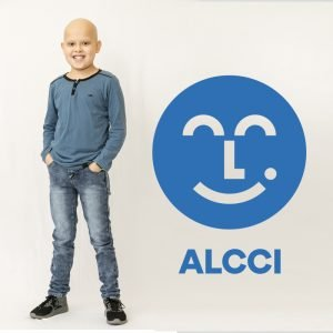Paciente César con el nuevo logo de ALCCI